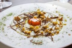 Uovo marinato su crema di Roquefort e porri croccanti