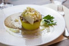 Flan di cavolfiore su crema di Roquefort e porri croccanti